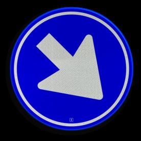 Product Gebod voor alle bestuurders het bord voorbij te gaan (passeren) aan de zijden die de pijlen aangeven. Bord wordt alleen gebruikt op middengeleider! (pijl mag dus niet naar links/rechts of omhoog wijzen) Verkeersteken RVV D02 - Rijrichting Pijlbord, rond blauw bord, D2