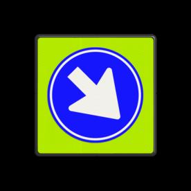 Verkeersbord Gebod voor alle bestuurders het bord voorbij te gaan aan de zijden die de pijlen aangeven Verkeersbord RVV D02f - Gebod te passeren D02f Pijlbord, rond blauw bord, D2, D2f, fluor, rijrichting, verplicht, passeren