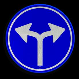 Verkeersbord Gebod tot het volgen van de rijrichting of één van de rijrichtingen die op het bord zijn aangegeven Verkeersbord RVV D07 - Verplichte rijrichting links of rechtsaf D07 twee pijlen, rond blauw bord, bord met pijlen, pijlenbord, D7