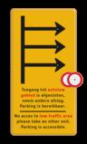 Routebord met pijlen en 'opzet'bordjes gesloten bedrijfsnaam, logo, fluor